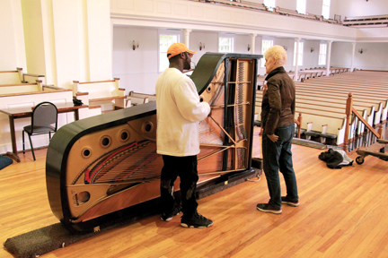 Photos/Jeff Davidsmeyer Weller discusses procedures for the Steinway with a member of the moving team.